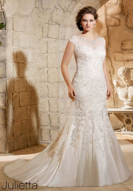 8 amazing wedding dresses for curvy women for Women s dresses for weddings
