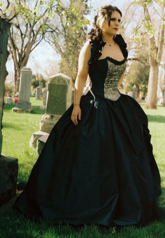 Plus size ball gowns Halloween 5 best outfits - curvyoutfits.com